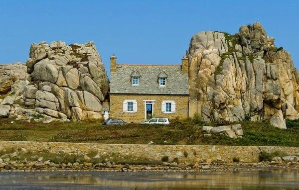 Unik, Rumah Tahun 1861 Ini Diapit Dua Batu Raksasa