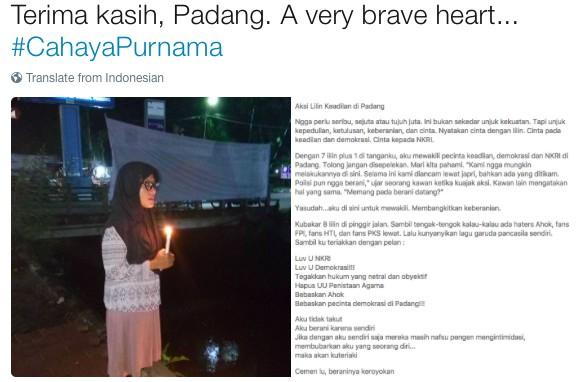 Aksi Lilin untuk Ahok di Padang, Wanita Ini Berani Cuma Sendirian